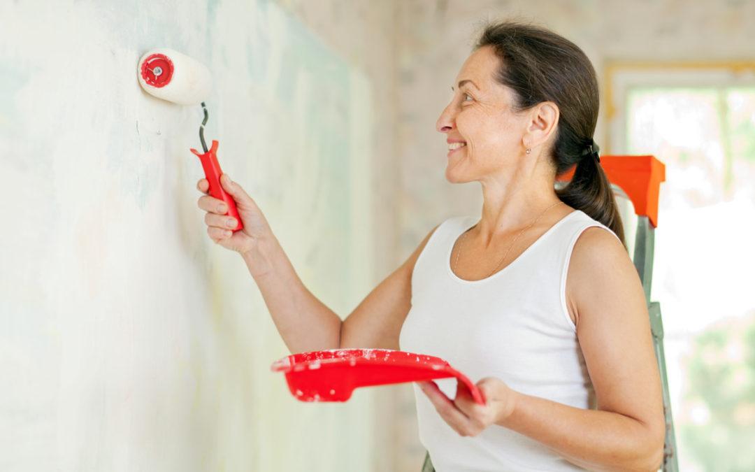 Må jeg ta av tapeten før jeg maler?